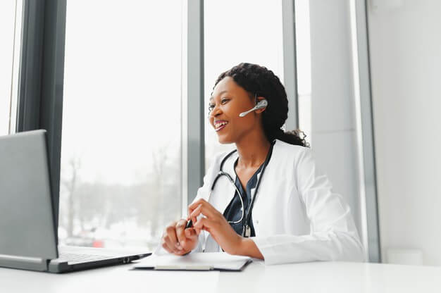 médica fazendo atendimento por telemedicina