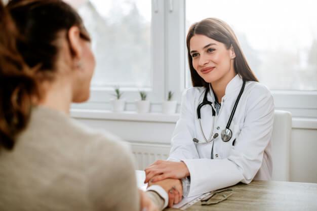 médica fazendo atendimento práticas de medicina integrativa