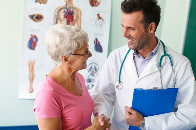 médico acompanhando paciente práticas de medicina integrativa