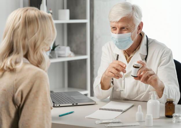 médico fazendo atendimento com práticas de medicina integrativa