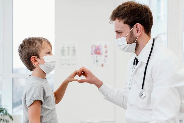médico praticando humanização na saúde