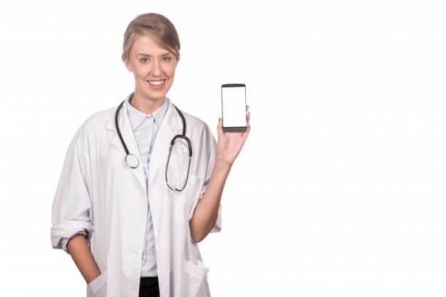 médica com celular marketing medico