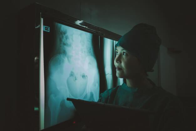 médica olhando radiologia digital