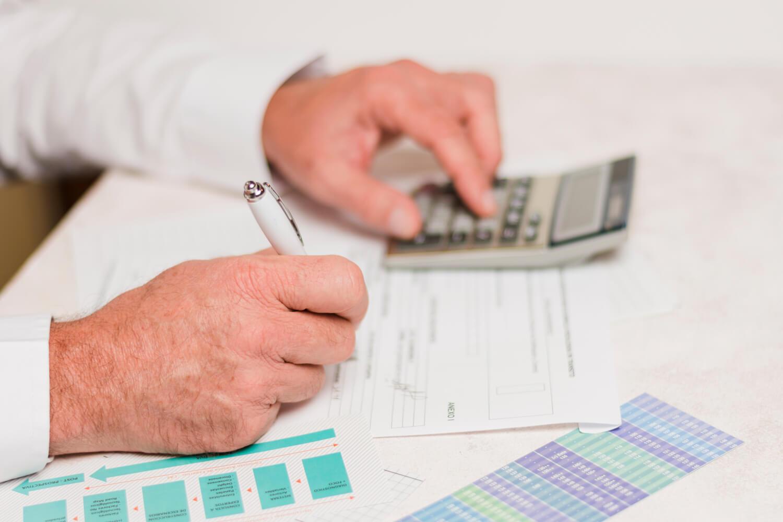 médico calculando Investimento para médicos