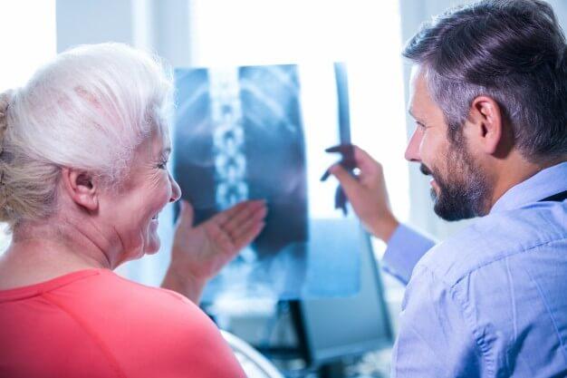 médico mostrando paciente radiologia digital