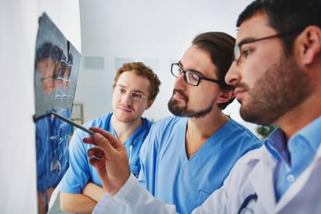 médicos analisando radiologia digital